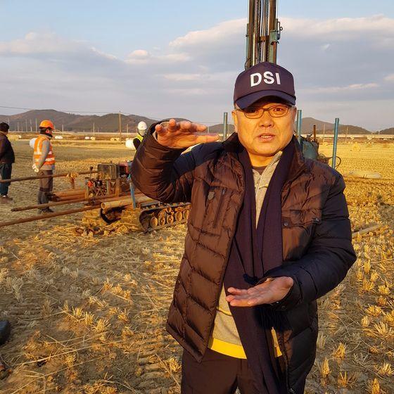 지난 20일 심재현 원장이 포항 북구 흥해읍 진앙 주변 논에서 액상화 조사에 관해 설명하고 있다.