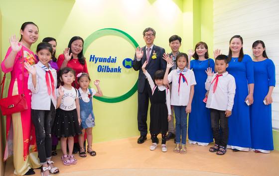 현대오일뱅크 1%나눔재단 이사장과 관계자, 베트남 학교 선생님과 어린이들이 어린이문화도서관에서 기념사진을 촬영하고 있다. (뒷줄 오른쪽 다섯번째가 남익현 현대오일뱅크1%나눔재단 이사장)