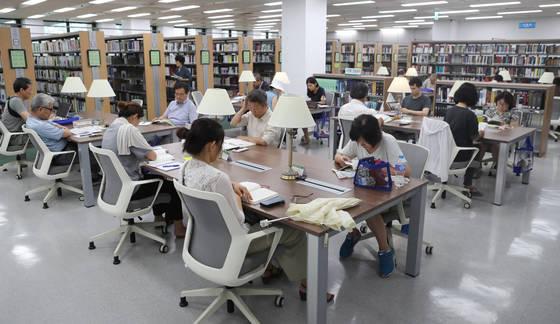 지난 8월 국회도서관 인문.과학 열람실. 김춘식 기자