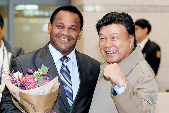 26일 인천공항에 도착한 카라스키야(왼쪽)를 반갑게 맞이한 홍수환 한국권투위원회 회장. [연합뉴스]