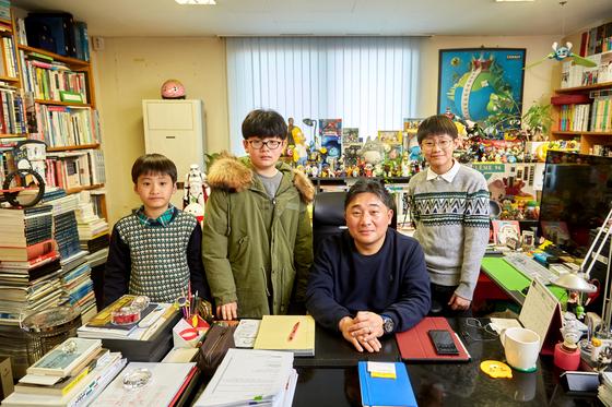 (왼쪽부터)박민혁·전종현·박준혁 학생기자가 한창완 세종대 만화애니메이션학과 교수(왼쪽에서 셋째)에게 슈퍼히어로가 어떻게 탄생했는지 숨은 이야기를 들었다.