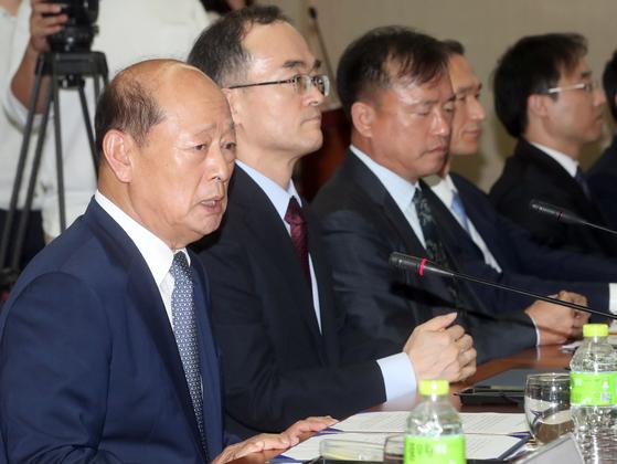 9월 19일 송두환 검찰개혁위원장(왼쪽)이 대검에서 열린 위원회 발족식에서 인사말을 하고 있다. 오른쪽은 문무일 검찰총장. 최정동 기자