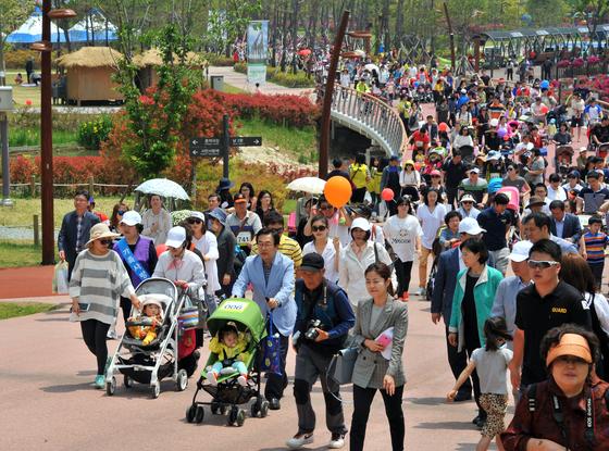 지난해 5월 출산을 장려하기 위해 부산시민공원에서 열린 가족사랑 어린이 유모차 걷기대회.[사진 부산시]