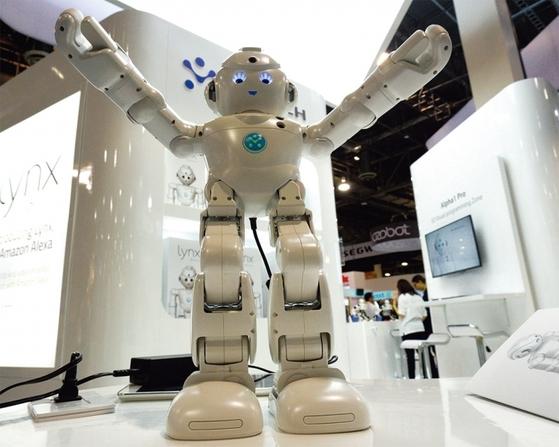 아마존의 인공지능(AI) 음성인식 플랫폼 '알렉사'는 많은 로봇과 기기에 적용됐다. 알렉사가 탑재된 로봇 '링스'(중국 유비테크)가 지난 1월5일(현지 시간) CES 2017 전시장에서 이동하고 있다. [중앙포토]