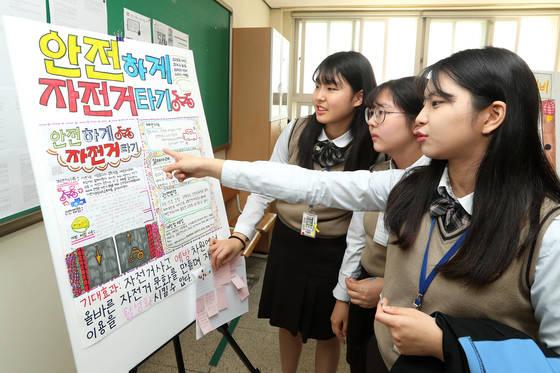 과목별 교실을 마련하고 고교학점제와 유사한 교육 방식을 운영하는 인천 신현고 학생들이 발표 과제물을 설명하고 있다. 교육부는 2022년 고교학점제 전면 실시를 앞두고 내년부터 2020년까지 60개 학교를 연구학교로 지정해 학점제를 시범 운영한다. [중앙포토]