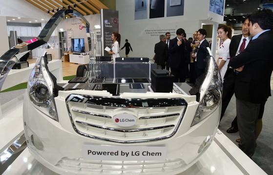 LG화학의 전기차용 배터리가 탑재된 자동차 모형. LG화학은 지난해 2차전지 분야에 약 8000억원 규모의 설비투자를 진행했다. [사진 LG]