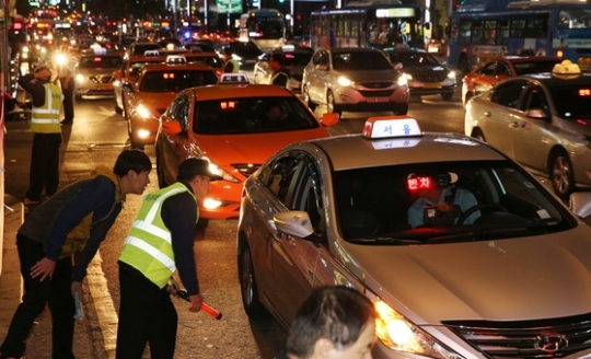 심야시간은 택시 부족과 골라태우기로 승차에 어려움을 겪는 이용객들이 많다. [중앙포토]