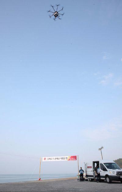 우정사업본부가 선보인 드론이 28일 전남 고흥 선착장에서 소포 1개, 일반우편물 25개를 싣고 득량도 마을회관으로 이륙하고 있다. [사진 우정사업본부]