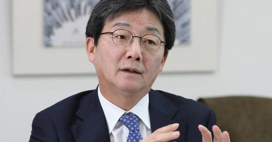 유승민 바른정당 대표가 23일 서울 여의도 국회 의원회관 사무실에서 인터뷰하고 있다. 신인섭 기자