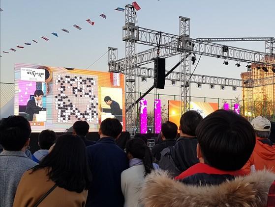지난 11~12일 열린 2017 대한민국 바둑대축제 현장. 이세돌 9단과 박정환 9단이 무대에서 대국하는 모습을 바둑 팬들이 지켜보고 있다. 정아람 기자
