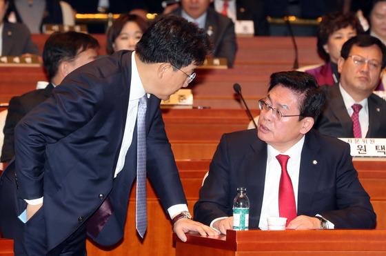 정우택 자유한국당 원내대표와 권성동 의원이 24일 국회에서 열린 의원총회에서 얘기하고 있다. 강정현 기자