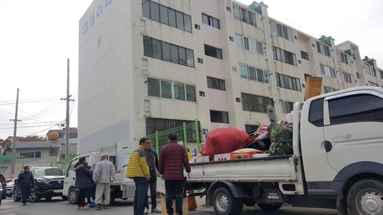 지난 17일 경북 포항시 북구 흥해읍 대성아파트에서 한 주민이 짐을 빼내 트럭에 싣고 있다. 이 아파트는 지난 15일 발생한 규모 5.4 지진으로 외벽이 부서지는 등 큰 피해가 났다. [연합뉴스]