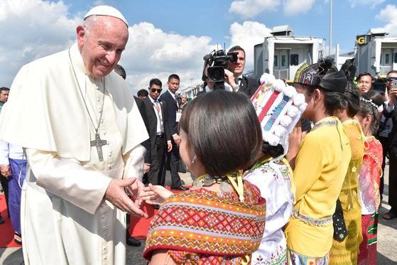 27일 미얀마 수도 앙곤에 도착한 프란치스코 교황이 환영나온 어린이들과 악수하고 있다. [사진=로이터]