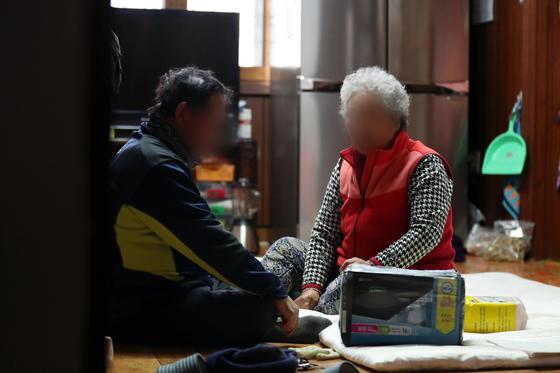 전립선암 오진으로 절제 수술을 받은 A(68)씨는 수술 후 소변이 새 성인용 기저귀를 차는 등 고통받고 있다. [연합뉴스]