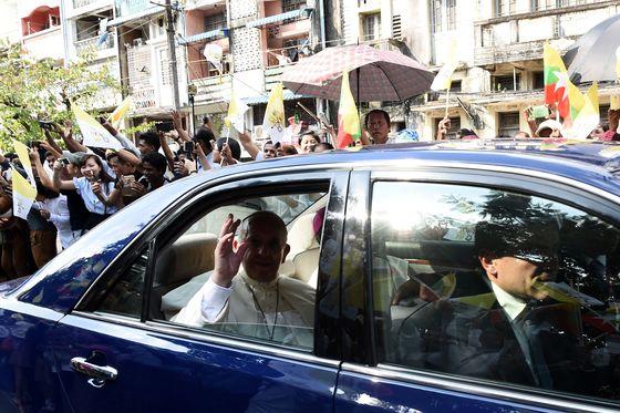 22일 미얀마에 도착한 교황을 태운 차량이 양곤 시내로 진입하고 있다. [AFP=연합뉴스]