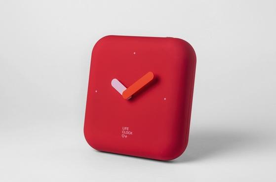 경기도주식회사가 지난 8월 출시한 한국형 재난안전키트 라이프 클락. 평소엔 시계처럼 사용하지만 안을 열어보면 재난 대비 용품이 들어있다. [사진 경기도주식회사]