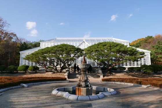 새하얀 대온실 앞에 르네상스식 분수와 미로식 정원이 함께 있어 이국적인 분위기를 자랑한다.