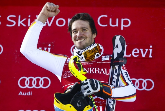 지난 12일 핀란드 레비에서 열린 국제스키연맹 월드컵에서 회전 종목에 참가한 독일의 펠릭스 노이로이터가 우승한 뒤 환호하고 있다. [레비 AP=연합뉴스]