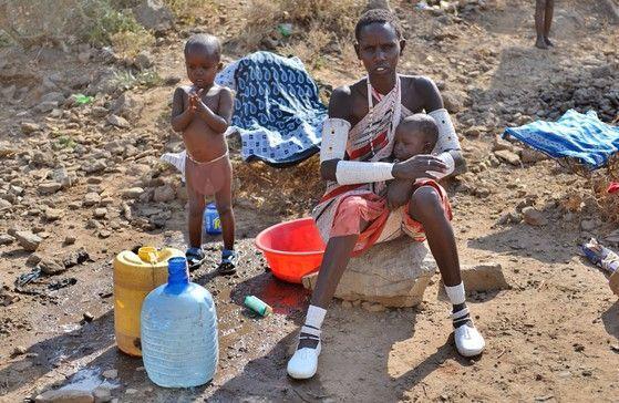 마실 물을 나르는 아프리카의 여성. 아프리카 지역에서는 상하수도 시설이 부족해 콜레라와 같은 수인성 질병이 만연하고 있다. 하지만 기술과 자금이 부족해 쉽게 해결하지 못하고 있다. 이는 기술을 가진 한국 기업이 아프리카 환경산업 시장에 진출할 여지가 많음을 의미하기도 한다. [사진 한국환경산업기술원]