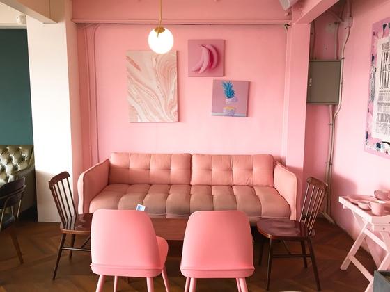 카페 '로디네'. 2층은 20~30대 여성들이 좋아하는 핑크로 꾸몄다.