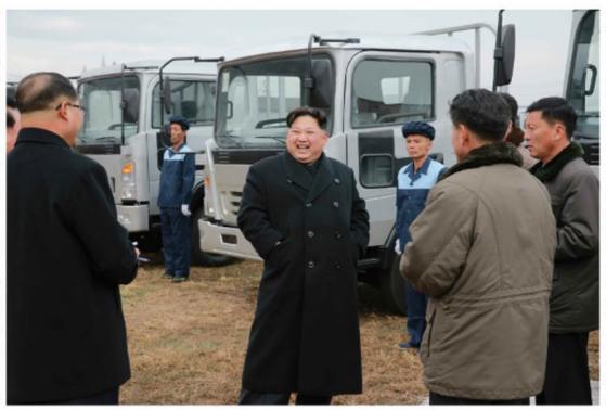 김정은 북한 노동당 위원장이 20일 평안남도 덕천시 승리자동차연합기업소를 시찰했다고 노동신문이 21일 보도했다. [뉴스1]