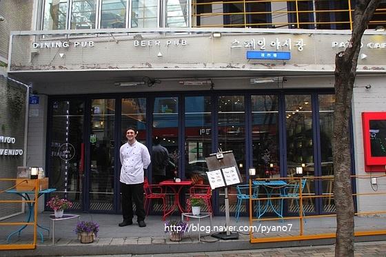 스페인 요리가 인기다. 최근 전문 식당이 크게 늘었다. '스페인 야시장'의 알렉스 알레한드로 헤드셰프. [사진 권혜림]