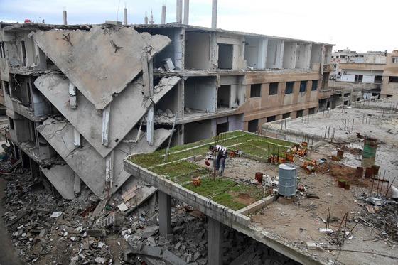 지난 3월 시리아 수도 다마스쿠스 동쪽 외곽의 반군 점령지 구타 지역에 포화로 심하게 부서진 건물들이 보인다. [AFP=연합뉴스]