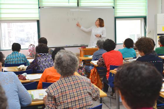 서울 구로구 노인종합복지관에서 어르신들이 한글 수업을 듣고 있다. 노인복지관은 지역 내 노인들에게 저렴한 식사, 의료 서비스, 여가 생활 등을 지원하는데, 이같은 복지관이 하나도 없는 지역이 전국에 41곳이나 있다. [사진 보건복지부]