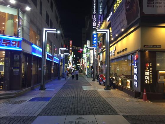 부산 중구 남포동의 '엔터테이너 거리'에 설치된 14개의 가로등에는 스타들의 인터뷰 영상을 볼 수 있다. [사진 부산 중구청]
