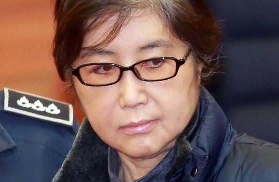 """헌법재판소에 증인으로 출석한 최순실씨가 박근혜 대통령 탄핵소추위원을 쏘아보고 있다. 최씨는 자신의 혐의와 관련된 질문이 나오면 """"증거가 있느냐""""며 따지듯 반문했다. [중앙포토]"""