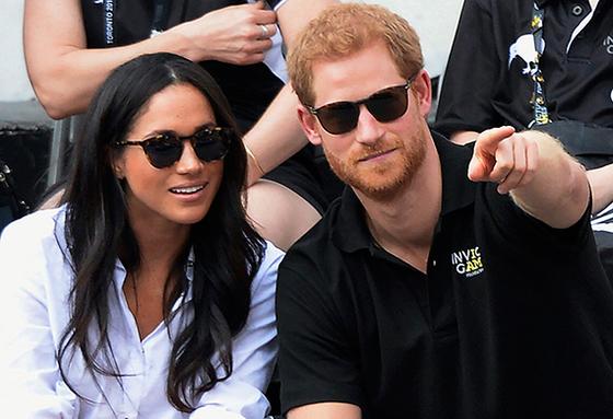 지난 9월 캐나다에서 열린 상이군인 테니스 대회를 관람하 는 해리 왕자(오른쪽)와 마크리. [AP=연합뉴스]
