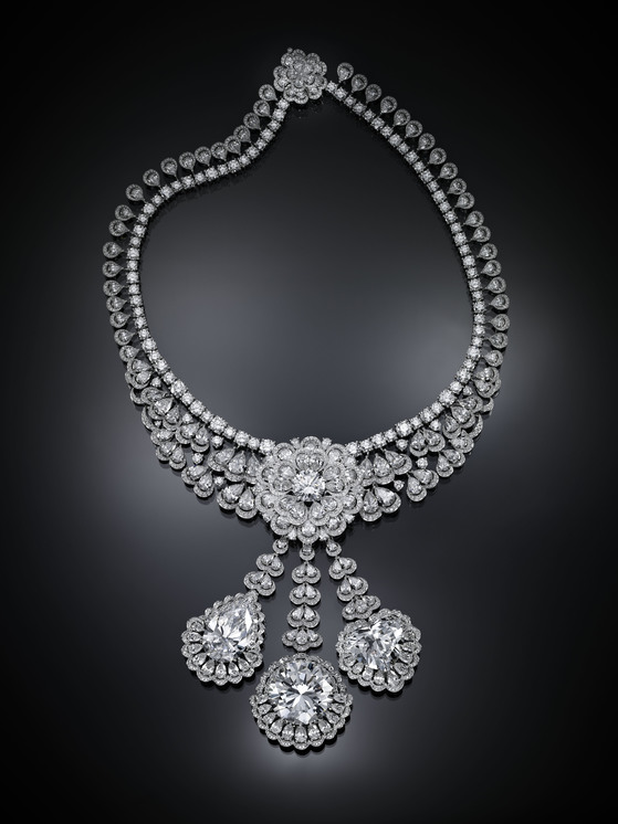 쇼파드 '가든 오브 칼라하리' 컬렉션 중 하나인 목걸이. 아래로 늘어트린 세 줄기 장식 중 가운데에 50캐럿, 양 옆에 각각 20캐럿의 다이아몬드가 사용되었다. 작은 다이아몬드까지 472캐럿의 다이아몬드가 사용되었다. [사진 쇼파드]