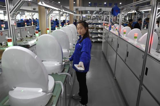지난 1일 중국 저장성 타이저우의 비데 공장에서 직원이 제품을 검수하고 있다. 이 지역 비데 산업은 지난해 605만 달러(약 66억원)의 매출을 올렸다. [신화=연합뉴스]