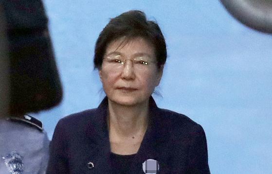 박근혜 전 대통령이 구속 연장 후 첫 공판을 마친 지난 1월 16일 오전 서울중앙지법을 나서고 있다. [연합뉴스]