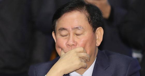 최근 압수수색을 받은 최경환 자유한국당 의원이 24일 오전 국회에서 열린 의원총회에 참석해 생각에 잠겨있다. [연합뉴스]