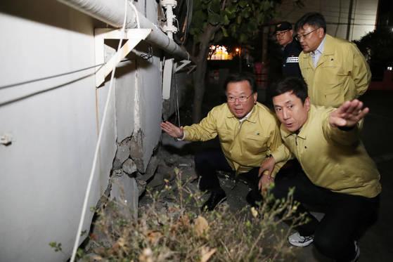 김부겸 행정안전부 장관(왼쪽)이 지난 15일 경북 포항시 흥해읍 한 아파트를 방문, 피해 상황을 점검하고 있다. [연합뉴스]