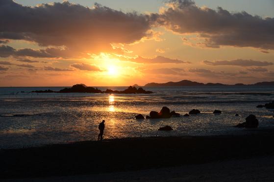 한 해가 저무는 12월은 저무는 해를 보러 서해로 가면 어떨까. 강화나들길 11코스 석모도 해변. [사진 한국관광공사]