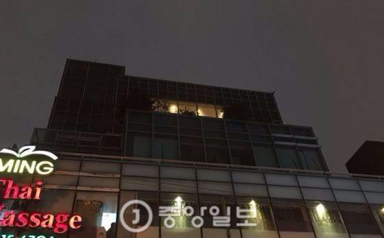 지난 25일 40대 남성에게 습격 당한 정유라씨의 서울 신사동 거주지에 불이 켜져있다. 정씨는 이 빌딩 6·7층에서 살고 있다. 하준호 기자