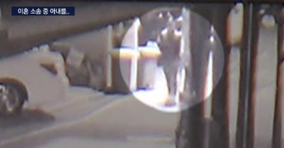 26일 저녁 서울 강남구의 한 빌라에서 20대 남편이 이혼 소송 중인 아내를 살해하는 사건이 벌어졌다. 사진은 남편이 범행 현장으로 들어가는 장면. [사진 SBS 뉴스 캡처]