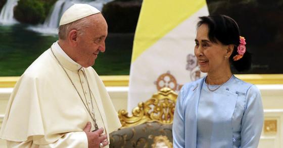28일 미얀마 수도 네피도에서 프란치스코 교황(왼쪽)과 아웅산 수치 국가자문역이 만나 인사를 나누고 있다. 교황은 로힝야족 문제를 직접 거론하지 않았지만 우회적으로 문제 해결을 촉구했다. [EPA=연합뉴스]