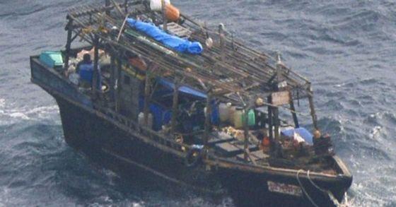 29일 일본 해상보안본부가 일본 홋카이(北海)도의 한 무인도 주변에서 발견한 북한 어선. [사진 연합뉴스]