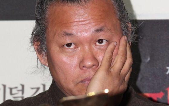 여배우에 폭행과 강요 혐의 등으로 피소된 영화감독 김기덕이 지난 27일 검찰 조사를 받은 것으로 알려졌다. [중앙포토]
