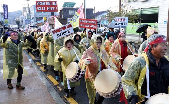 서천군 비인면 주민들이 지난 24일 건축폐기물 처리시설 반대 시위를 하고 있다. [프리랜서 김성태]