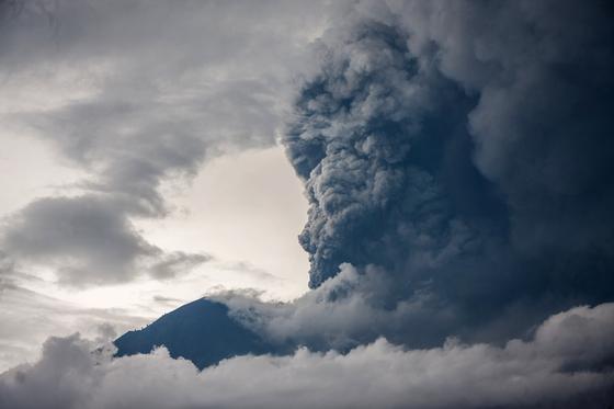 인도네시아 발리 섬의 최고봉 아궁 화산이 50여 년 만에 분화했다. 26일(현지시간) 주변 수㎞ 상공이 검은 화산재와 수증기로 뒤덮였다. [신화통신=연합뉴스]