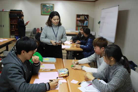 경기도 의정부시 장암동 한꿈학교에서 과학수업을 받고 있는 중국 출신 탈북 청소년들. [사진 한꿈학교]