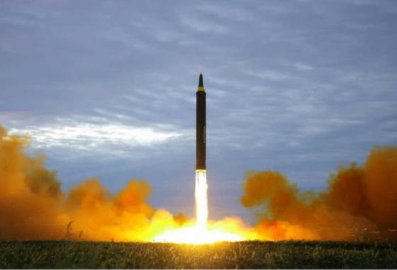 지난 8월 29일 발사한 중장거리전략탄도미사일 화성-12형 발사 장면. [사진 노동신문]