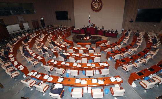 제18차 헌법개정 특별위원회 전체회의가 22일 국회 예결위회의장에서 열렸다. 의원들이 회의시작전 얘기를 나누고 있다. 강정현 기자