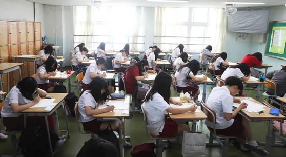 2017 국가수준 학업성취도평가 결과 수포자가 늘어난 것으로 나타났다. 지난 6월 20일 오전 경기도 수원시 팔달구 수원여자고등학교에서 2학년 학생들이 학업성취도 평가 문제를 풀고 있다. [연합뉴스]