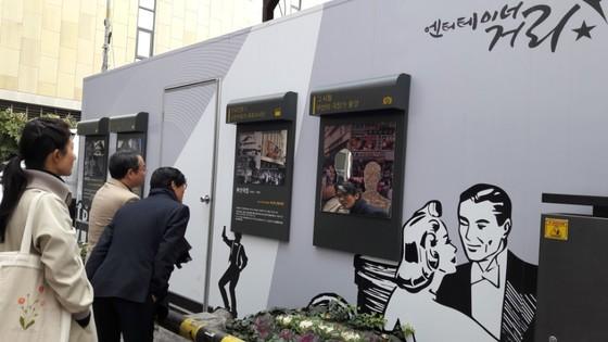 엔터테이너 거리에 설치된 극장 소개 패널을 관광객들이 살펴 보고 있다. [이은지 기자]