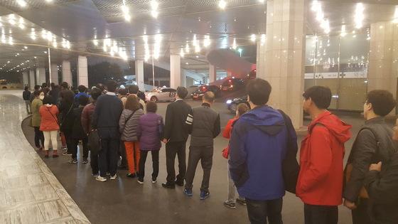 카지노가 폐장하는 오전 6시에 강원랜드 지하 1층 택시 승강장에는 긴 줄이 생겨난다. 매일 100대 이상의 택시가 이들을 전국으로 실어나른다. [김준영 기자]